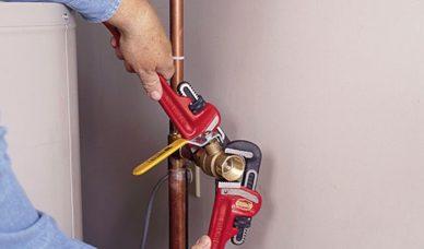 FASE 17: Installare una valvola a sfera a pieno flusso in modo da poter servire la valvola di non ritorno senza spegnere l'approvvigionamento idrico della casa.