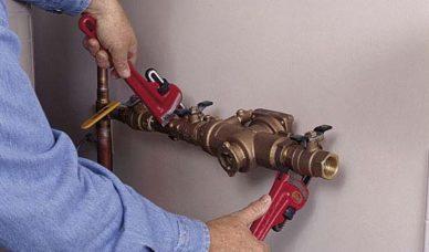 PASSO 18: Installare il disconnettore a bassa pressione subito dopo la valvola a sfera. Questo tipo è progettato per l'utilizzo sotto-grado.