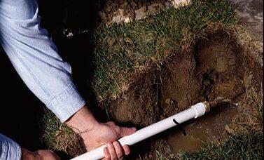 FASE 6: utilizzare un tubo chiusa al tunnel sotto i marciapiedi. Il raccordo di ottone è venduta presso negozi di ferramenta e centri di casa.